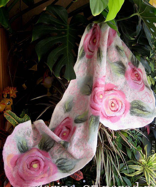 """шарф валяный из войлока и шелка """"Розы"""" - шарф из войлока,нунофелтинг"""