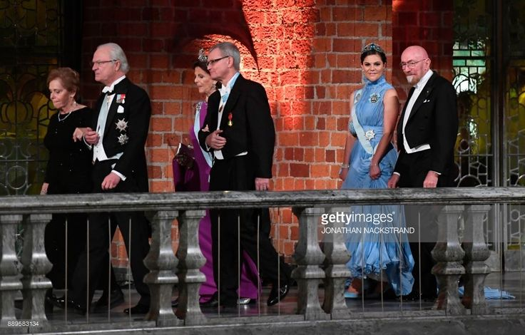 Wife of US physicist and Nobel Prize in Physics 2017 laureate Barry C Barish, Samoan Barish, King Carl XVI Gustaf of Sweden, Sweden's Queen Silvia, chairman of the Nobel foundation Carl-Henrik Heldin, Sweden's Crown Princess Victoria and US physicist and Nobel Prize in Physics 2017 laureate Kip S Thorne arrive for the 2017 Nobel Banquet for the laureates in medicine, chemistry, physics, literature and economics in Stockholm, on December 10, 2017. / AFP PHOTO / Jonathan NACKSTRAND