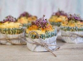 Śniadaniowe muffiny jajeczne z warzywami i śliwkami kalifornijskimi