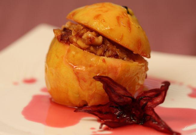 Gutui coapte, umplute cu nuci si stafide, un desert delicios
