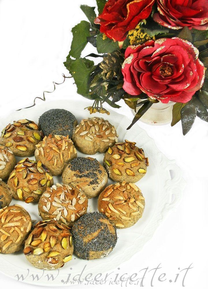 Ricetta Ruota di pane al grano saraceno con semi di papavero, semi di girasole, pistacchi e mandorle