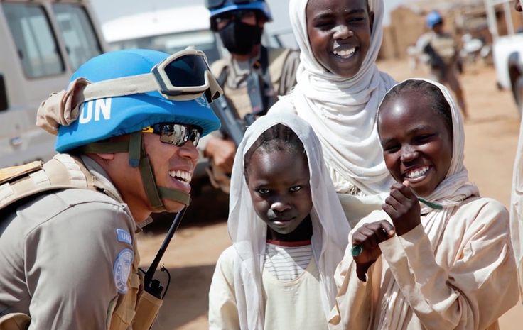 Hoy 29 de mayo se celebra el Día Internacional del Personal de paz de la ONU, con el fin de bindar homenaje a el personal que contribuye a la paz, los. #ONU #Paz #CascosAzules  Más noticias en: http://mentepost.com