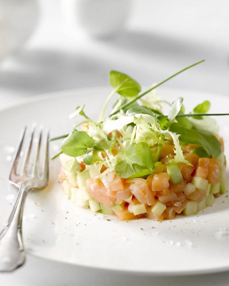 Een heerlijk fris en licht voorgerechtje, deze tartaar van gerookte zalm en groene appel. De marinade met Oosterse touch geeft het een verrassende smaak.