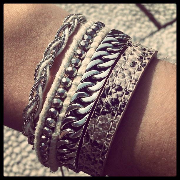 La maison Victor <3 armbanden. Heel veel armbanden. Als je de LBD iets stoerder wilt dragen, kies dan voor een paar grove armbanden en draag ze samen.