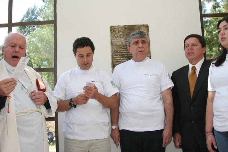 20-Inauguración. 2006. Padre Saúl, gobernador de Antioquia, rector UdeA, alcalde de Sonsón y estudiante Sede Sonsón cantan el himno UdeA.