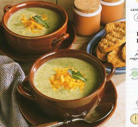 Sajtos brokkolikrém leves 1. A brokkoli rózsáit leszedjük és megmossuk. Ha kell, a szárakat meghámozzuk, felszeleteljük. A burgonyát megmossuk, meghámozzuk, és apró kockákra vágjuk. 2....