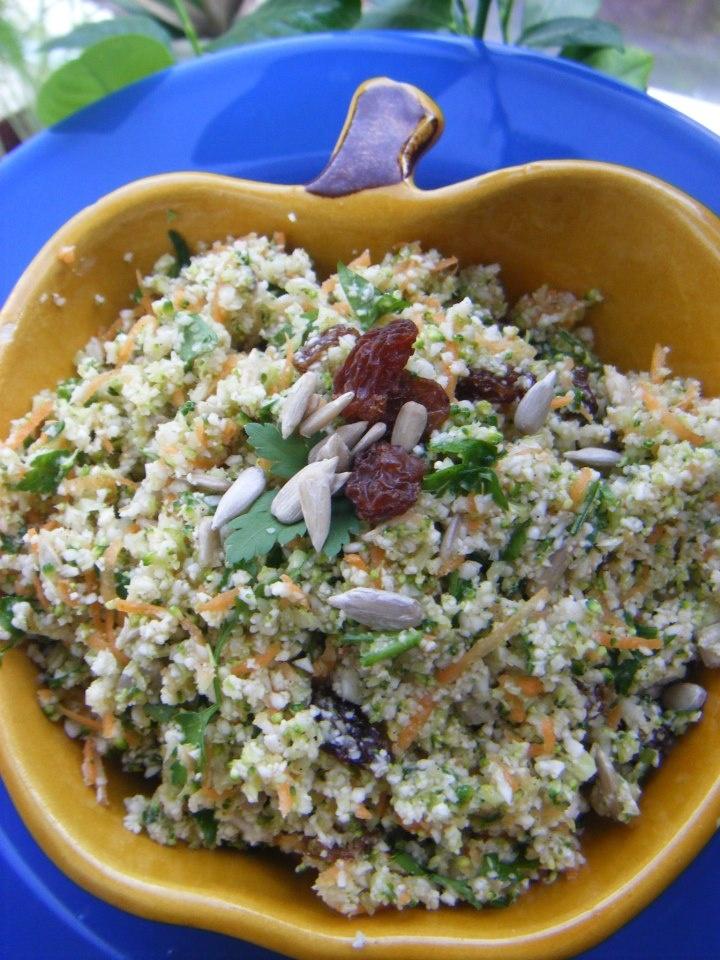 Broccoli bloemkool salade 2 Hoofden broccoli ( alleen de roosjes) 1 hoofd bloemkool ( alleen de roosjes) 2.5 kopje geraspte wortel ½ kopje zonnebloemzaadjes 1 kopje rozijnen ½ kopje peterselie 4-6 el citroensap Zeezout en zwarte peper naar smaak 2 el olijfolie Honing (naar smaak om een beetje licht zoete smaak in de salade te creëren) Broccoli en bloemkool roosjes in de keukenmachine blenderen tot rijstkorreltjes substantie. Wortel raspen. Groenten met de rest van de ingrediënten mengen.