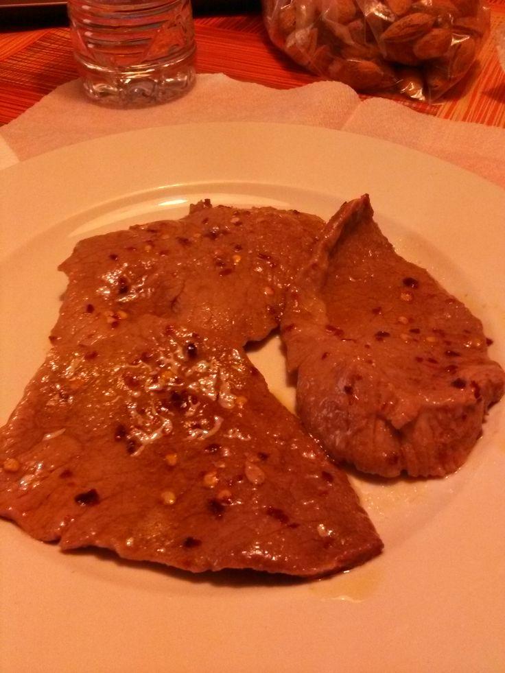 Fette+di+carne+all'olio+evo+e+peperoncino+frantumato+home-made