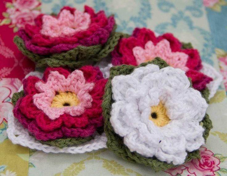 Blommor som bara blomma/näckros eller som mormorsruta, det väljer man själv! Gratis mönster på svenska.