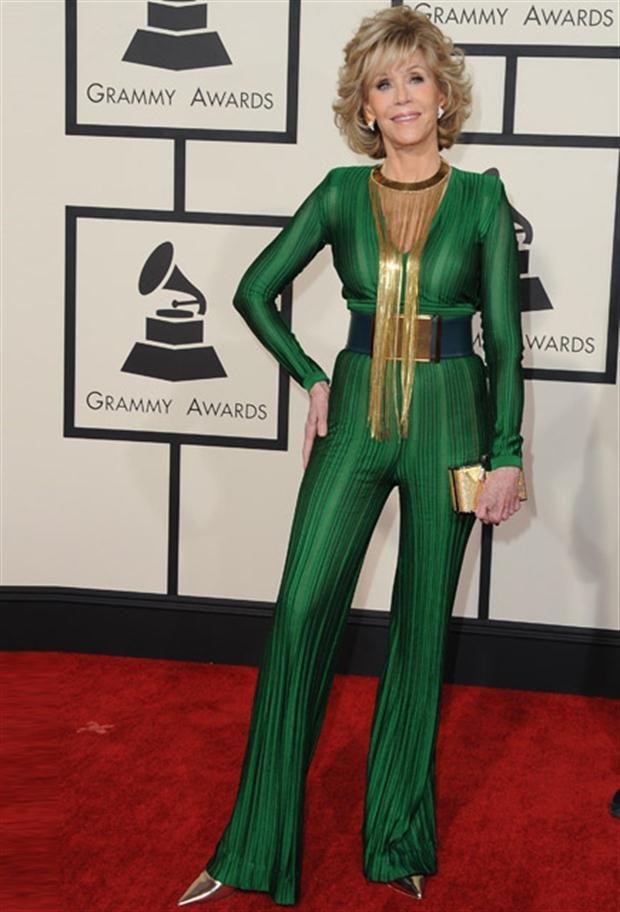 Looks de los Premios Grammy conjunto enteriso verde con detalles dorados y escote
