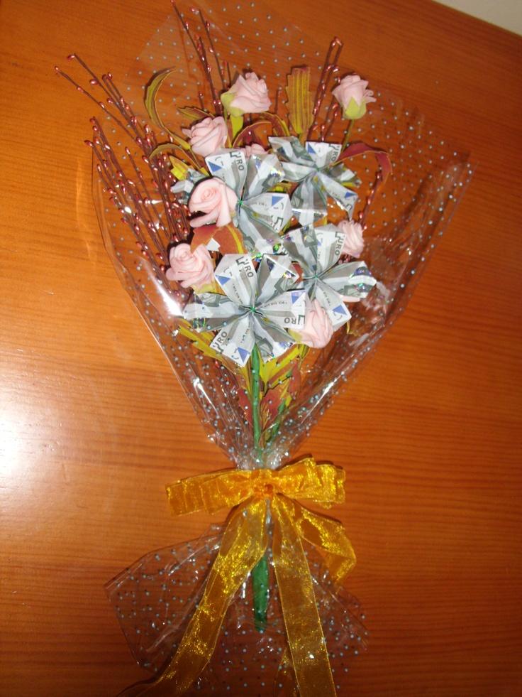 Ramos de flores con billetes.