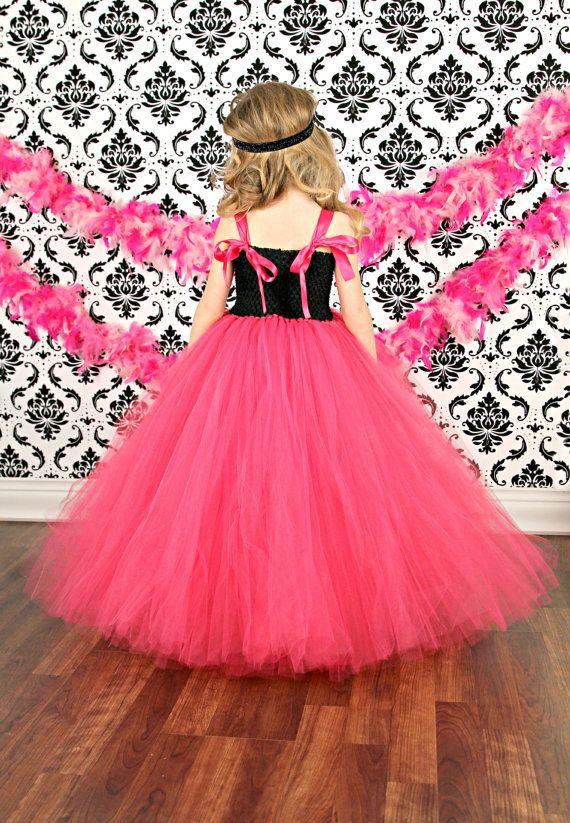Dit is een van onze couture lijn jurken!  Het is uiterst vol met honderden werf van premium kwaliteit tulle gebruikt.  Deze jurk kan worden aangepast in verschillende kleurenopties, indien geïnteresseerd in dat, stuur me een bericht.  Het is gemaakt met een zwart Gehaakt topje.  De voorkant is verfraaid met roze en zwarte bloemen.  De jurk heeft satijn lint schouderbandjes die elegant via de achterkant binden.  De Tule is Felroze.   METING:  1) meten van oksel tot aan vloer  2) Selecteer de…