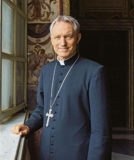 """si.....!! S.E.R. D. MONS. GEORG GÄNSWEIN: """"NECESITAMOS MÁS CRISTIANOS EN LA POLÍTICA"""" El Arzobispo Georg Gänswein, Secretario del Papa Emérito Benedicto XVI, ha animado a los católicos de Alemania a un compr..."""