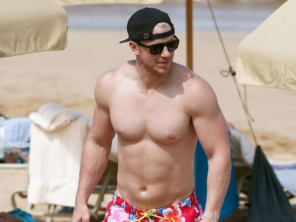 Former 'Bachelor' Sean Lowe Shows Off His Massive Muscles