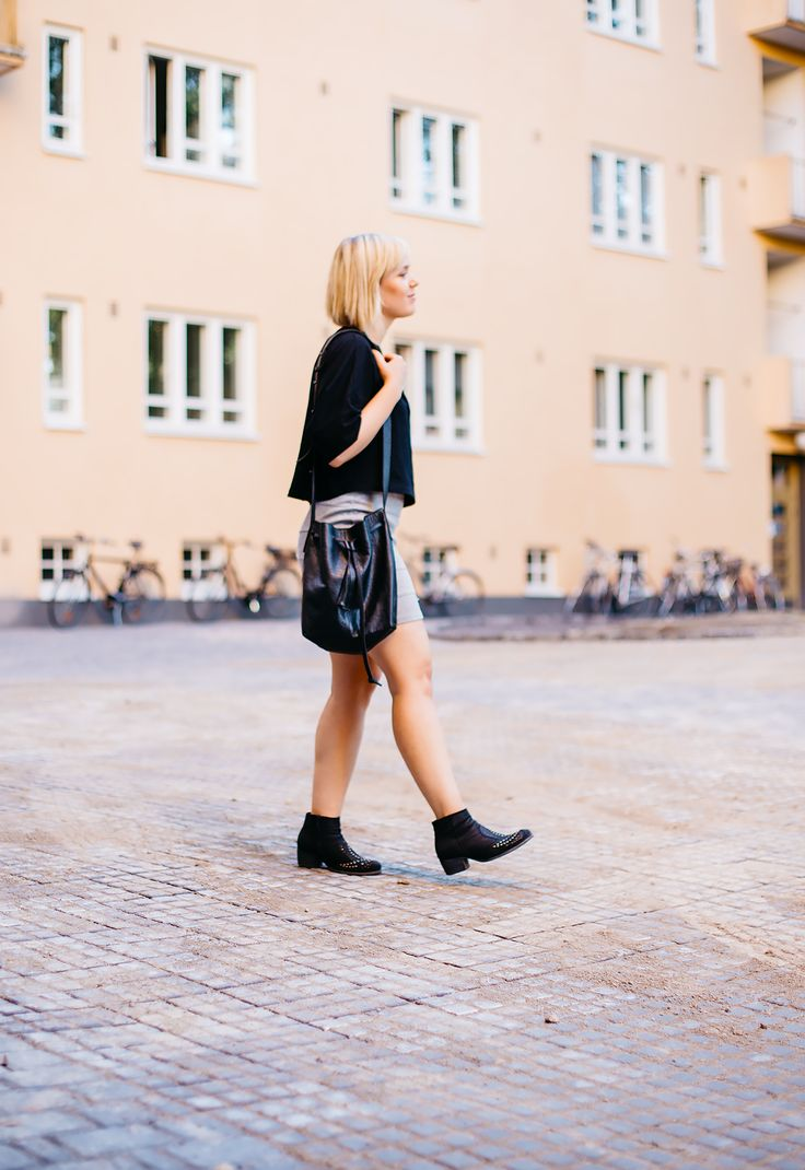 Monochrome summer outfit / grey skirt, bucket bag, crop top, ankle boots