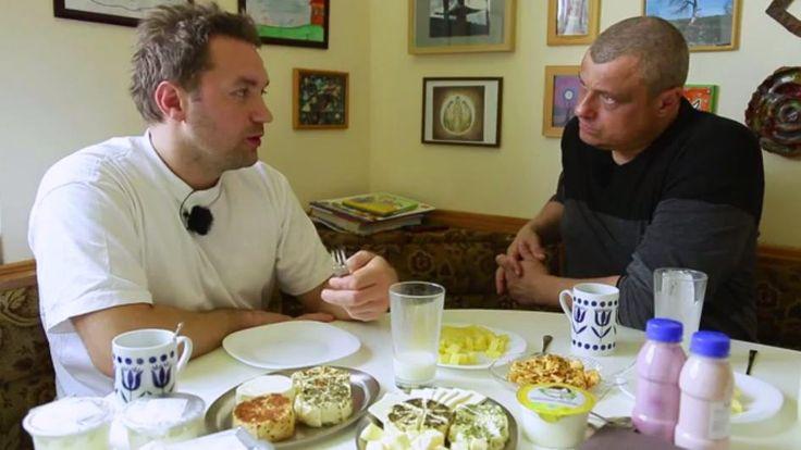 Rozhovor s Antonínem Šmakalem, majitelem farmy Bio Vavřinec, hezky dobře řečeno, další díl (jak se vyrábí bio mléko): http://www.stream.cz/nejnovejsi/jidlo-s-r-o/10004179-mleko-a-mlecne-vyrobky-6-biofarma