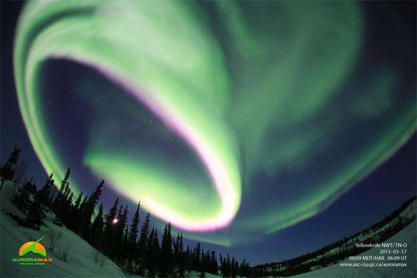 La Agencia Espacial Canadá dio a conocer nuevas imágenes de las luces del norte se cierne sobre Yellowknife , la capital de los territorios del noroeste
