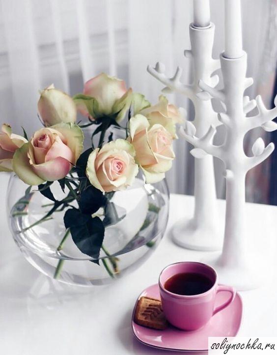 Чашечка кофе, букет роз и оригинальные подсвечники