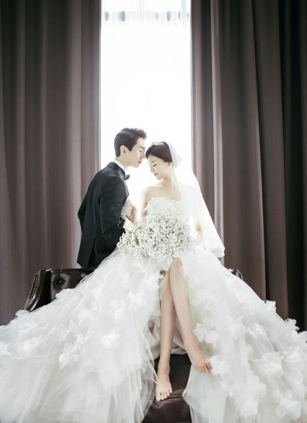 A dreamy wedding photo overflowing with regal romance!