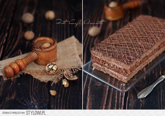 Biszkopt czekoladowy z orzechami  Składniki na blaszkę o wymiarach 28x15cm  Biszkopt czekoladowy 3 jajka 120g cukru 90g mąki pszennej 1 łyżka jasnego kakao 3 łyżki startej gorzkiej czekolady 0,5 łyżeczki proszku do pieczenia  Biszkopt orzechowy 3 jajka 150g grubo posiekanych orzechów włoskich 125g cukru 1 łyżka płynnego miodu 1 czubata łyżka mąki pszennej 1 czubata łyżka mąki ziemniaczanej 1 łyżka kakao 0,5 łyżeczki proszku do pieczenia  Krem czekoladowy 200g masła 250g serka śmietankowego…