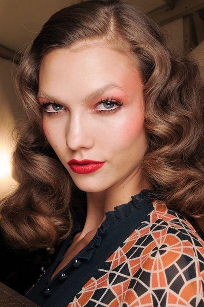 Braun    Coloristen setzen bei braunem Haar auf feine Effekte. Das Ziel: Die Haarfarbe soll leuchten wie eine Kastanie (Anna Sui Frühjahr/Sommer 2012).