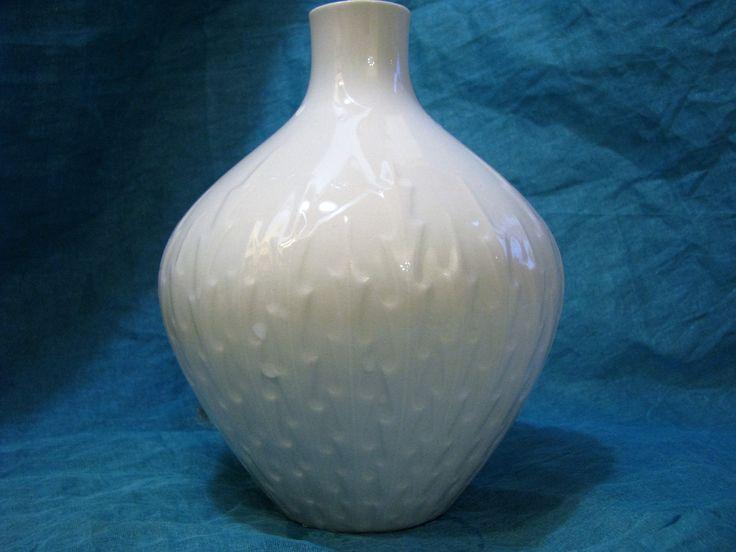 White 1960s Op Art Vase Z & Co. Tirschenreuth – Glossy Vintage German Porcelain – Geometrical Relief Décor – Mid Century Modernist Design von everglaze auf Etsy