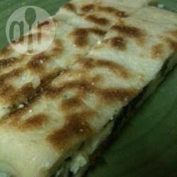 Gözleme mit Spinat und Käse / Gözleme sind dünne, würzig gefüllte Fladenbrote aus der Türkei, vorallem aus Anatolien. Hier werden sie mit Spinat und Käse gefüllt und in der Pfanne knusprig gebraten. Traditionell werden sie aus Yufka-Teig gemacht, aber ich hab selbstgemachten Hefeteig verwendet.@ de.allrecipes.com
