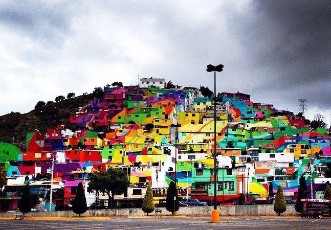 Os fãs de street art já têm um bom motivo para marcar sua viagem ao México: é uma passadinha pelo distrito de Palmitas, na cidade de Pachuca de Soto, onde é possível ver um mural de graffiti gigante criado como uma maneira deunir as famílias da comunidade. O projeto foi uma parceria entre o governo do México e o coletivo Germen, que se dedica ao graffiti no país. Ao todo, o mural gigante cobriu 20 mil metros quadrados, sendo pintado sobre a superfície de 209 casas da região. Se esses…