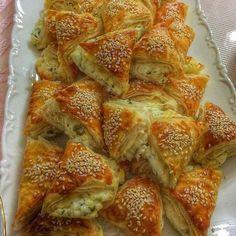 Selam Hanımlar Çıtır çıtır nefis bir lezzet @cihan.koca TEREYAĞLI NİŞASTALI ÇITIR BÖREK 3 adet yufka Islatmak için:125 gr tereyağı(eritilmiş) 1 yemek kaşığı sirke 3 yemek kaşığı nişasta İçi için:peynir -maydanoz karışımı veya 250 gr kıymayı biraz zeytinyağıyla soteleyin.Ardından ince doğranmış yarım kg pırasayı ekleyip sotelemeye devam edin.Tamamen pişince tuz ve baharat ekleyin. Üzerine:yumurta sarısı,susam Eritilmiş tereyağına 1 yemek k.sirkeyi koyun,karıştırın.İlk yufkayı serip bu...