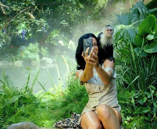 """Katy Perry with a Nokia Lumia 1020 in her """"Roar"""" music video."""