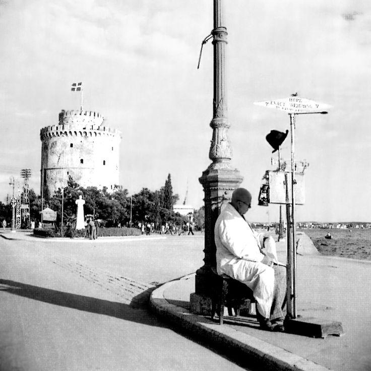 Περιμένοντας πελάτη με την υπαίθρια ζυγαριά του - Φωτ. Δ.Χαρισιάδης 1946