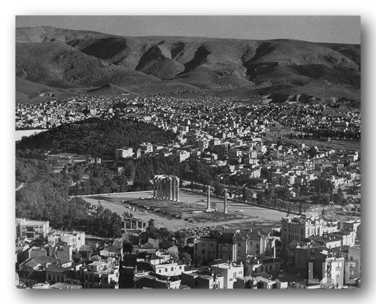 Αθήνα Δεκέμβριος 1944 Φωτογραφία του Dmitri Kessel, η οποία ελήφθη πάνω από την Ακρόπολη των Αθηνών τον Δεκέμβρη του '44. Σε πρώτο πλάνο έχουμε τους στύλους του Ναού του Ολυμπίου Διός. Σε δεύτερο πλάνο και πίσω από τον λόφο του Αρδηττού εκτείνεται ο Βύρωνα του 1944 σε όλο του το μεγαλείο. Διακρίνουμε το άλσος της Αγίας Τριάδας και μπροστά του τα Δημοτικά Σχολεία. Επίσης το μετόχι της Αναλήψεως, το μοναστήρι της Ζωοδόχου Πηγής και του Καρέα, τα λατομεία του Κοπανά.