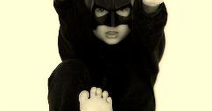 Instrucciones para una máscara de Batman hecha con papel. Puedes crear una máscara de Batman usando una hoja de papel negro (o tarjeta) para la forma básica de la cara y otra hoja para añadirle orejas y nariz. También puede que elijas crear una máscara de Batman usando un modelo ya existente. Mirando la imagen de una máscara de Batman (como la que puedes ver en Internet en el sitio de compra de ...
