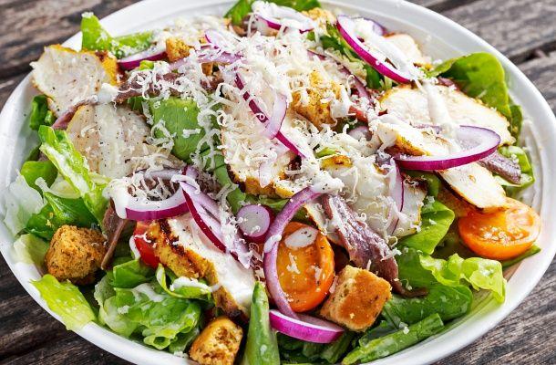 A könnyű, egészséges és ízletes csirkesalátától sokáig nem leszel éhes, pedig kevés benne a kalória.