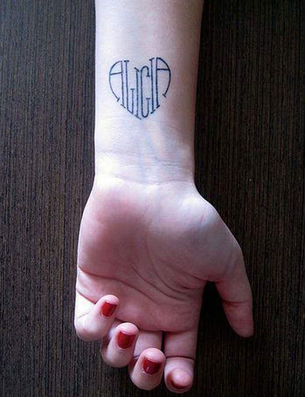 Un tatouage prénom en forme de coeur Découvrez aussi : les plus jolis tatouages pour poignet de Pinterest.