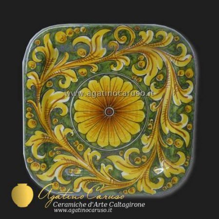 Piatti quadrati decorati in ceramica di Caltagirone dipinti a mano.