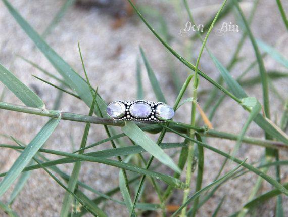 Triple Maansteen ring , verklaring Gepersonaliseerd , Gravure , zilveren ringen voor vrouwen , Moon Stone , Gemstone , Gypsy , High Fashion Sterling Ring    ✤ ✤ drievoudige maan stenen ring Fotos tonen reguliere maansteen regenboog maansteen , maar is ook beschikbaar onder de eigenschappen op de kassa .    Deze ring IS kristalsuiker en heeft drie maansteen edelstenen . Granulatie betekent dat je elk klein , sterling zilveren bal is toegepast op de voorkant van de ring en de gesmolten…