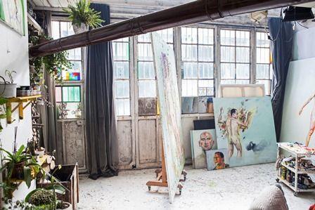 Nehir Çinkaya ve Çağdaş Yazgan'ın atölyesindeyiz. İkilinin yaşadığı, çalıştığı ve ürettiği bu atölye/ev, İstanbul Maslak'taki Oto Sanayii'de yer alıyor. Oto tamircilerinin  bulunduğu bu bölgeki dükkanların yerini, geçtiğimiz on yılda sanatçı atölyeleri ve müzik stüdyoları almaya başladı. Nehir ve Çağdaş'la üretimleriyle iç içe kurdukları yaşamı konuştuk.  #artfulliving #atolye #maslak #contemporaryart #nehircetinkaya #cagdasyazgan