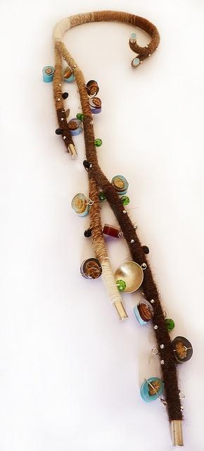 Vania Ruiz: Lana de alpaca con aplicaciones en plata, vidrios de color y piezas de resina con cochayuyo.