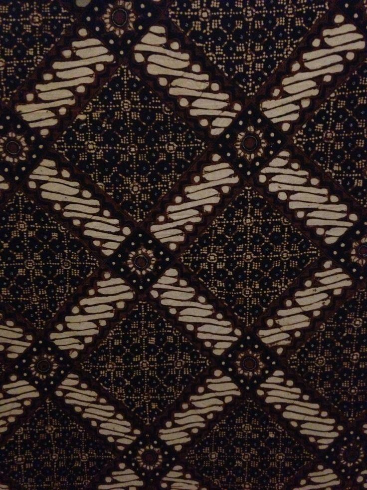 Kothak Nitik (Ambarukmo Jogja) Motif nitik mengisi bidang kotak pada motif parang klitik, sehingga terlihat kotak parangnya menjadi ornament hiasan dari motif nitik. Merupakan motif pengembangan