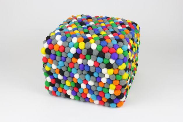 Pufa w kształcie kostki obszyta ok. 960 wełnianymi kulkami, które rozweselą każde, nawet najsmutniejsze wnętrze. Umiejętnie dobrana gama kolorystyczna mebla – przewaga szarości nad resztą kolorów -...