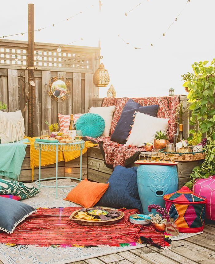 Patio aux couleurs riches style déco boho inspiration terrasse