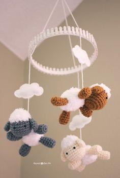 Crochet Lamb Pattern and Baby Mobile, amigurumi, sheep, Repeat Crafter Me, #haken, gratis patroon (Engels), schaap, lam, mobiel, baby, kraamcadeau, #haakpatroon