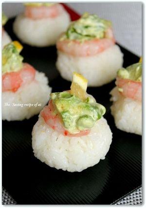 「アボカドと甘エビのせ手まり寿司」丸めた酢飯の上にちょこんと乗せました。甘エビとアボカドコラボが彩よい仕上がりです。【楽天レシピ】