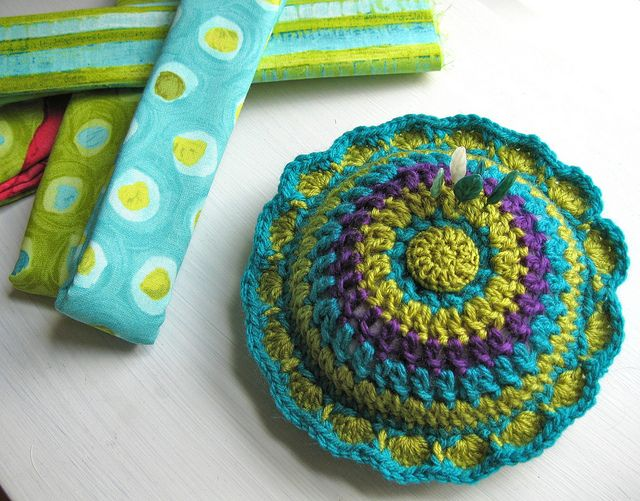 Dahlia Pin Cushion.  This is a great way to use up those scraps of yarn I've been saving!