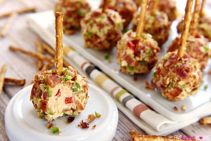 かりかりベーコンとピーカンナッツのチーズボールに、プレッツェルスティックをさして。手を汚さず食べられるので、フィンガーフードにぴったりです。