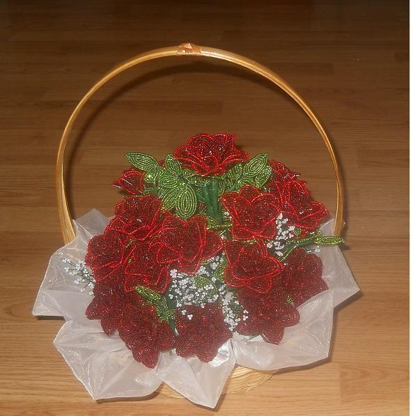 vörös rózsák kosárban