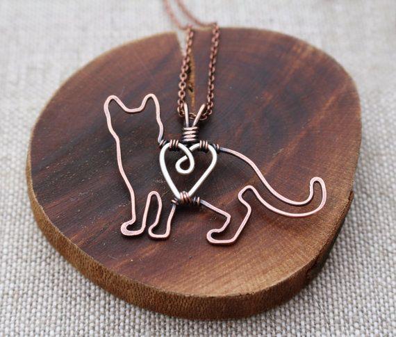 Il design originale, questo gattino piccolo dolce è attentamente realizzato a mano filo di rame e filo di argento sterling (cuore). È stato
