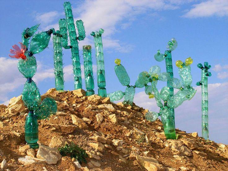 Afval wordt kunst: plastic cactussen in de woestijn.