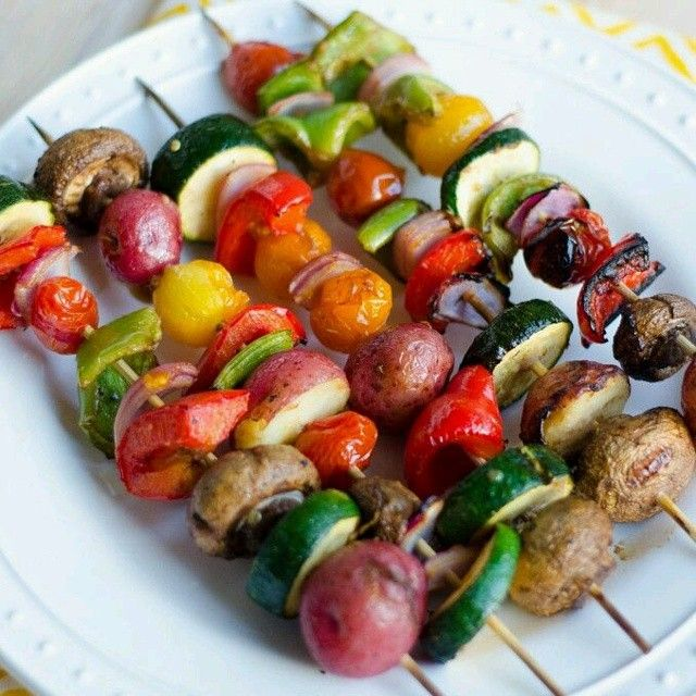 Pinchos de Verduras  Ingredientes:  1 calabacín grande, cortado en medio rondas pulgadas 6-8 champiñones 10 tomates cherry 1/4-1/2 cebolla roja, cortada en trozos  1 pimiento verde, cortado en trozos 1 pimiento rojo, cortado en trozos 8-10 patatas rojas  pequenas hervidas. 2-3 cucharadas de aceite de oliva o salsa de soja (sin gluten) 1 cucharada de vinagre balsámico 1 cucharada de miel 4 dientes de ajo prensado Sal y pimienta al gusto  Preparación  Preparar y mezclar todos los ingredientes…